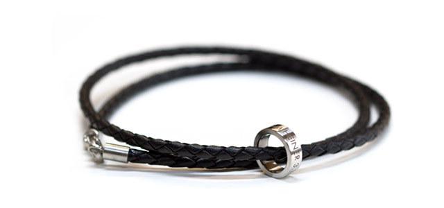 FINGERGLÜCK – Ringanhänger für Männer in Edelstahl und Leder